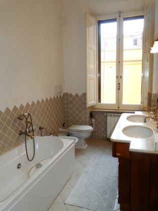ESQUILINO BEUATIFUL REMODELED 3-BEDROOM FLAT - image 5