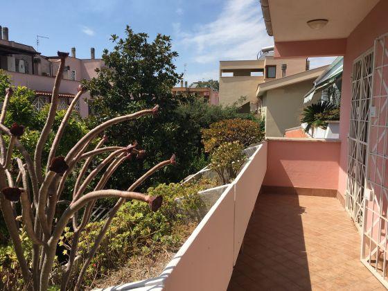 Elegant remodeled 2 bedroom villetta in Acilia - image 1