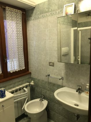 Absolutely stunning 4-bedroom flat with fireplace & terrace! - image 13