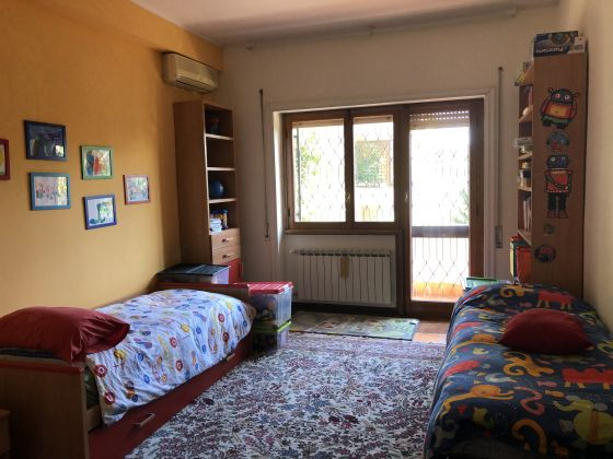 Absolutely stunning 4-bedroom flat with fireplace & terrace! - image 10