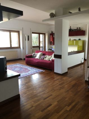 Absolutely stunning 4-bedroom flat with fireplace & terrace! - image 1