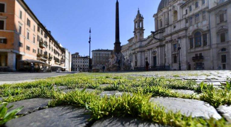 Rome: Grass grows in deserted Piazza Navona - image 1