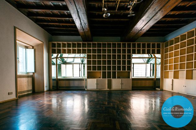 Property for sale near the Pantheon in Rome - image 17