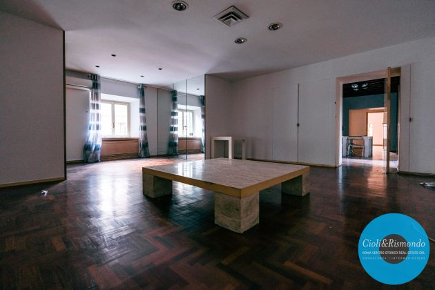 Property for sale near the Pantheon in Rome - image 18