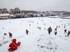 Army clears snow from Rome streets