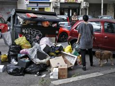 Romans asked not to throw out trash during strike