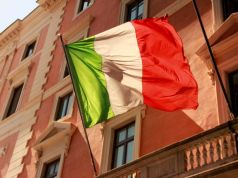 Italy honours its doctors with midday applause