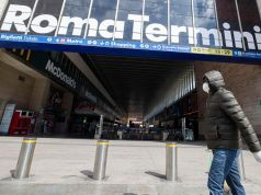 Coronavirus: Doctors check commuters at Rome train stations