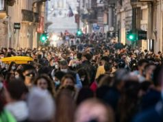 Covid-19: Alarm over crowds on Rome's streets