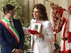 Sophia Loren receives the keys to Florence