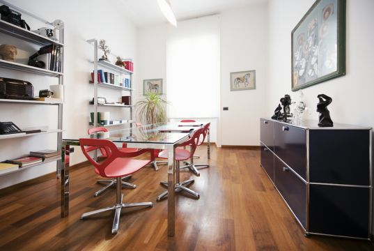 One room for rent in beatiful office in Rome