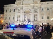 Rome: drunk tourists pour alcohol into Trevi Fountain