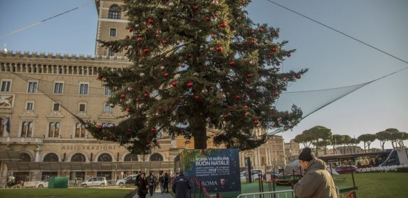 Rome S Christmas Tree Covered By Safety Net Wanted In Rome